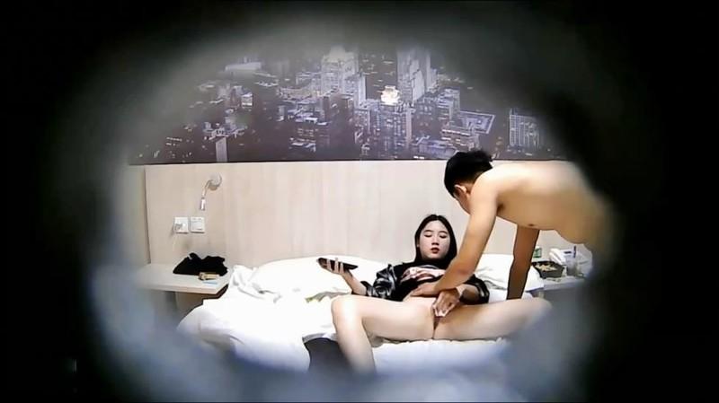绝对女神级白嫩性感的大学美女和2个男同学宾馆开房一起玩手游,不知怎么了好像被2个男的轮流给操了