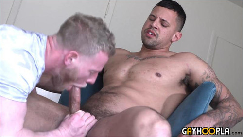 GayHoopla – Handsome Hunk Serviced By A Guy In His Late 30s
