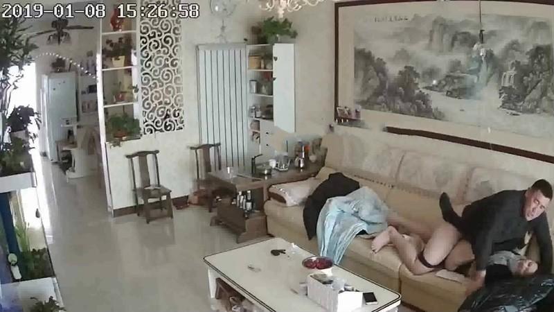黑客破解家庭摄像头在家输液小少妇闲不住和老公沙发啪啪干到一半咬老公奶头真他妈的骚
