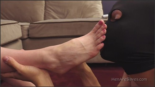 Busy On Their Feet - Men Are Slaves  - iwantclips